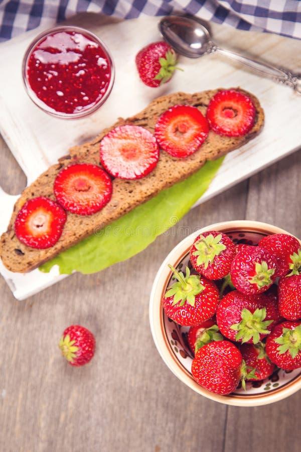 Smörgås med jordgubben royaltyfria bilder