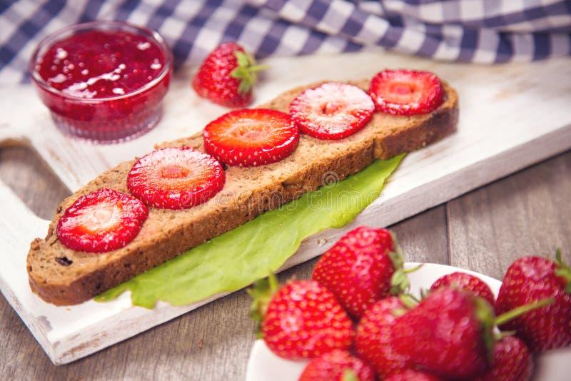 Smörgås med jordgubben royaltyfri foto