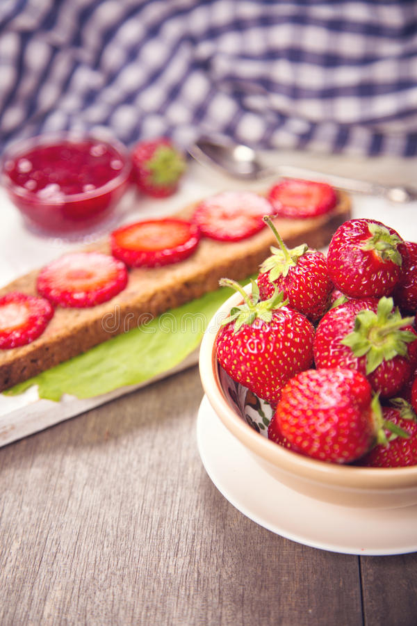 Smörgås med jordgubben arkivbild
