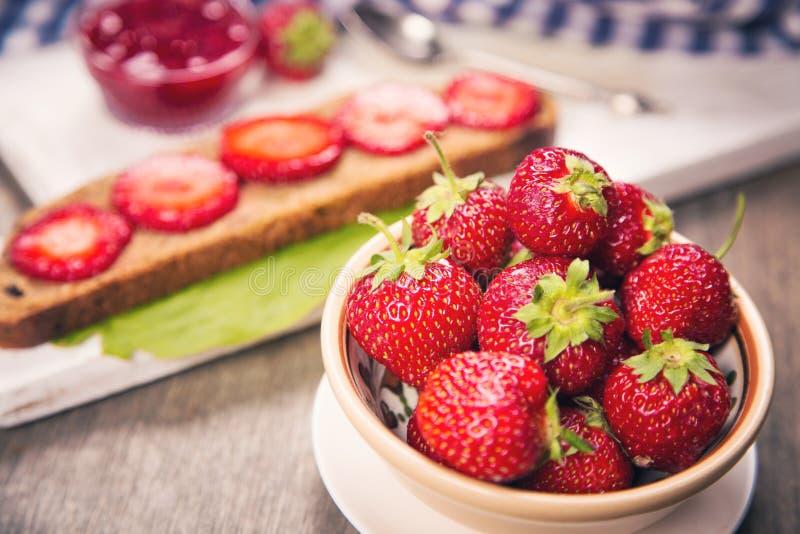 Smörgås med jordgubben royaltyfri fotografi