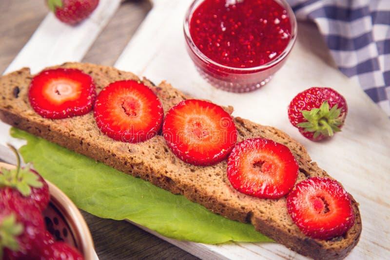 Smörgås med jordgubben royaltyfri bild