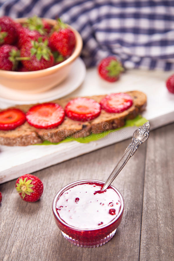 Smörgås med jordgubben fotografering för bildbyråer