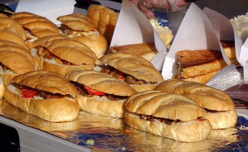 Smörgås med lagade mat kött och tomater royaltyfria foton