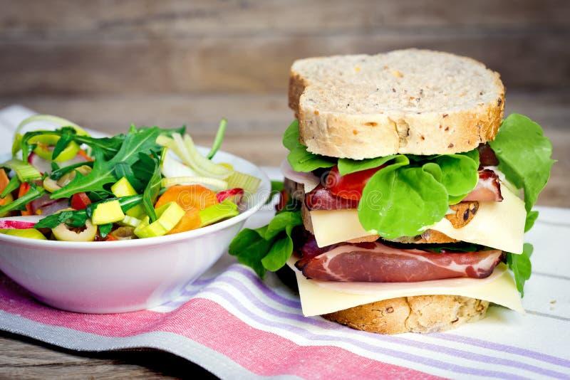 Smörgås med prosciuttoen - skinka och sallad royaltyfri fotografi