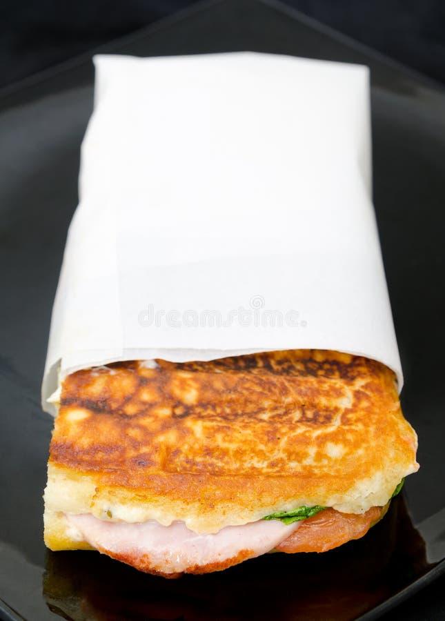 Smörgås med skinka och tomaten arkivfoton