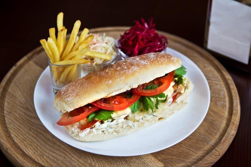 Smörgås med småfiskar och sallad royaltyfri bild