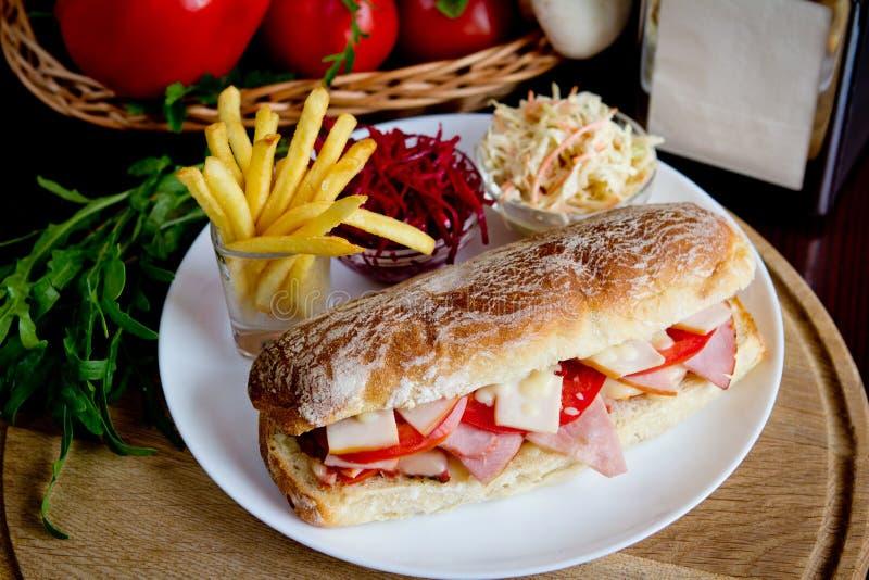 Smörgås med småfiskar och sallad royaltyfri fotografi
