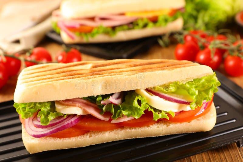 Smörgås med tomaten och mozzarellaen arkivfoto