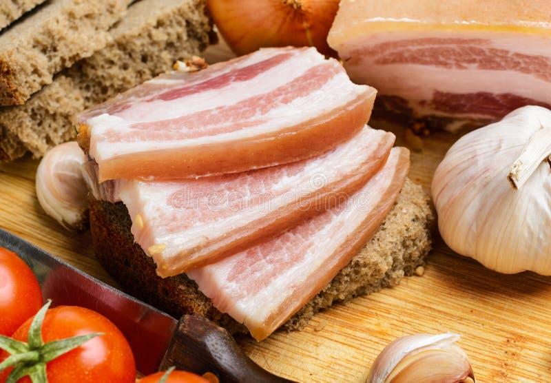 Smörgåsar av rågbröd med bacon arkivfoton