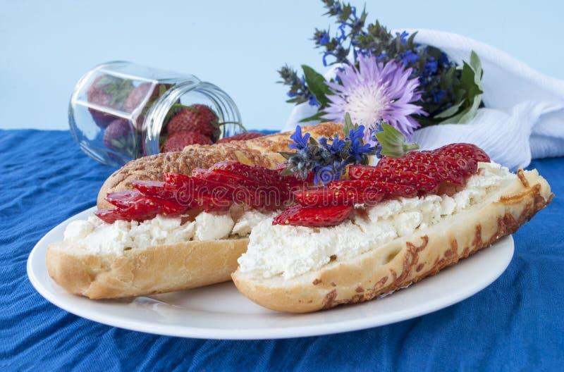 Smörgåsar med den stugachees och jordgubben, arkivfoto