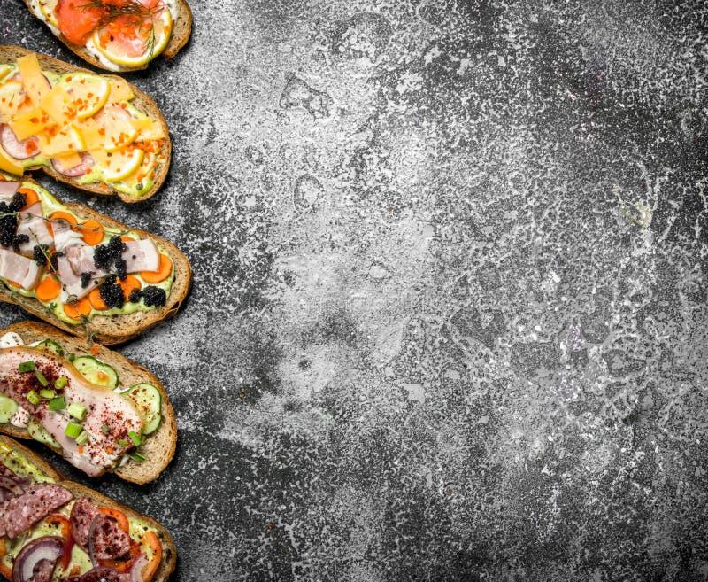 Smörgåsar med för salami, havs- och nya grönsaker för kött, arkivbild