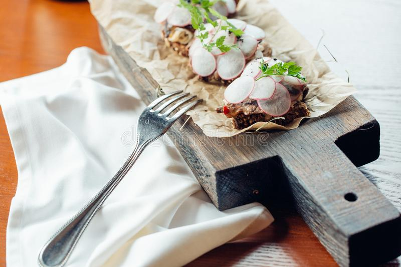 Smörgåsar med galtskinka, rädisan, groddar och rågbröd royaltyfri foto