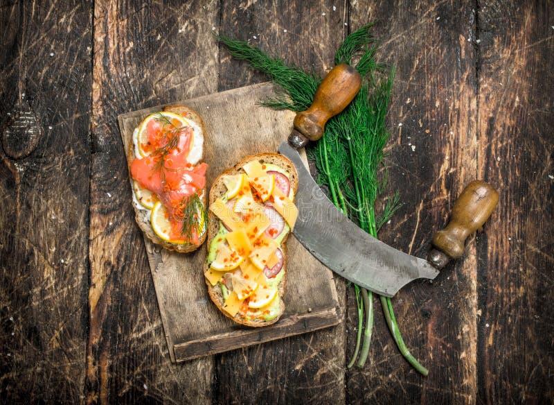 Smörgåsar med laxen, ost, champinjoner och nya grönsaker royaltyfri fotografi