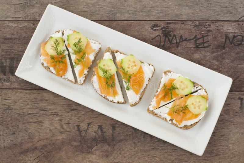 Smörgåsar med laxen, ricotta, dill och gurkan fotografering för bildbyråer