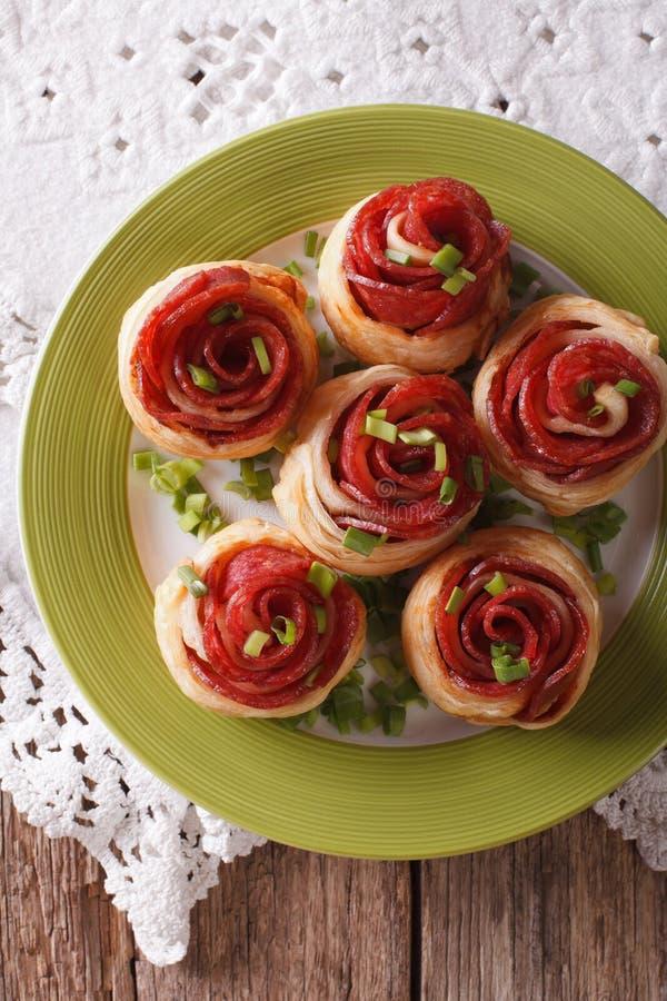 Smörgåsar med salami och ost på en plattanärbild vertikalt arkivbild