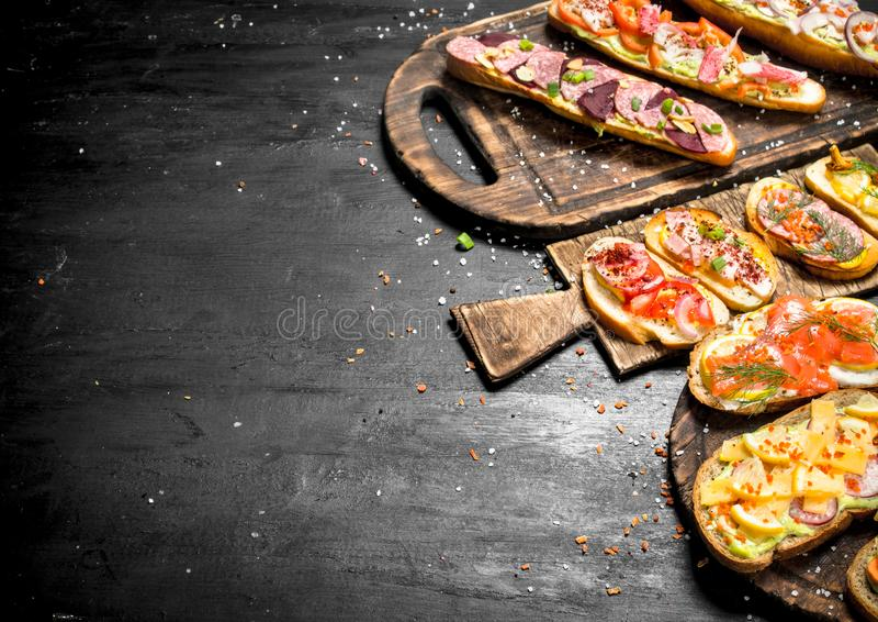 Smörgåsar med skaldjur, kött och grönsaker på nytt bröd fotografering för bildbyråer