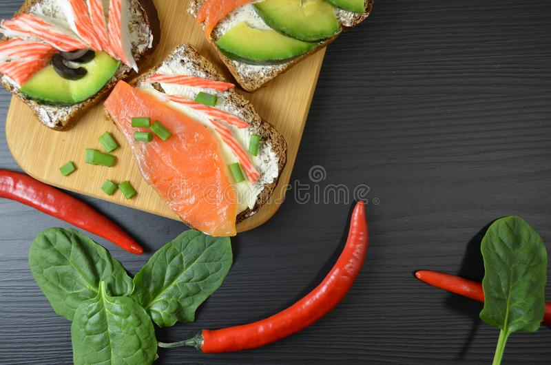 Smörgåsar med smör och fisken på tabellen arkivbilder