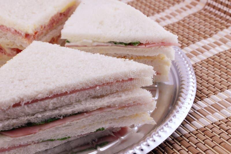 Smörgåsar på ett silvermagasin arkivfoto