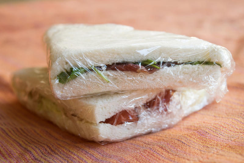 Smörgåsar som slås in i genomskinlig film arkivfoto