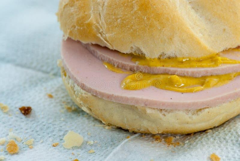 Smörgåsen med salamiparizer för fattig kvalitet som göras av en deg, består i hud för grisköttrestsvin och annat armod för kött f arkivfoto