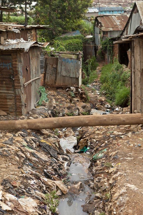 Smörja och kloak, Kibera Kenya royaltyfria foton