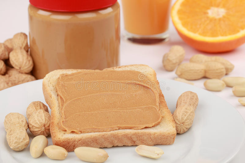 smörjordnötrostat bröd royaltyfri bild