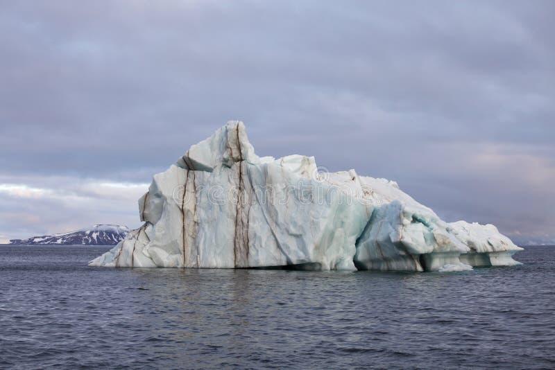 Sm?ltande isberg i det arktiska havet arkivfoto