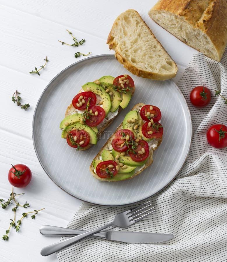 Sm?rg?sar eller tapas som f?rbereds med br?d och smakliga ingredienser Trevlig mat för sund frukostotlunch arkivbilder