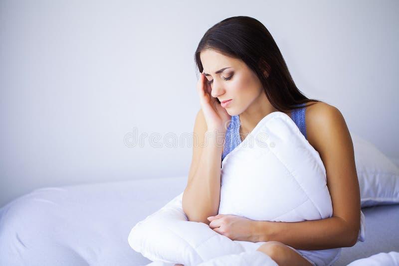 Sm?rta den tr?tta utmattade stressade kvinnan som lidande fr?n starkt ?ga sm?rtar Stående av en sjuk härlig känsla för ung kvinna arkivbilder