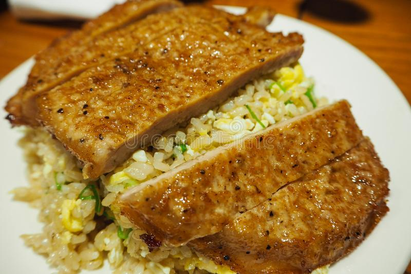 Smażący ryż z wieprzowina kotlecikiem zdjęcia stock