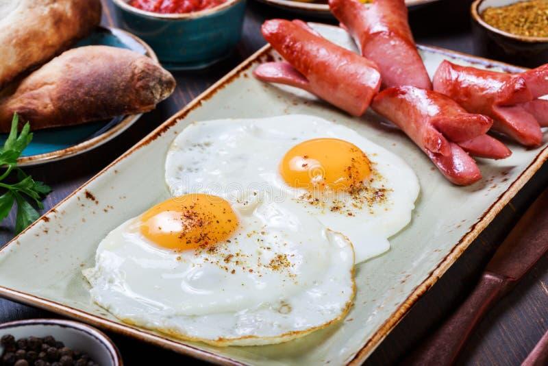 Smażąca kiełbasa z warzywami, jajka i Gorący i zdrowy śniadanie obrazy royalty free