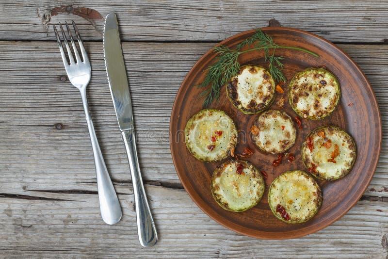 Smażąca oberżyna i zucchini zdjęcia stock