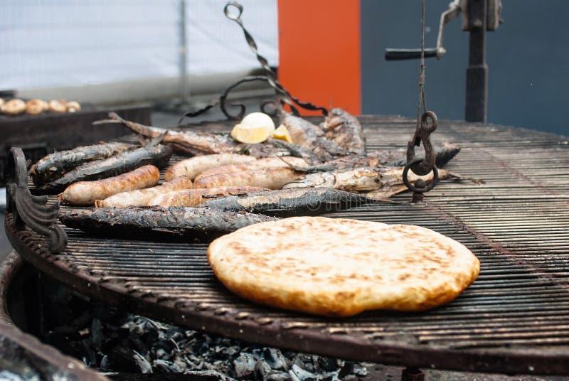 Smażąca ryba, kiełbasy, aromatyczny pita chleb na grilla zbliżeniu fotografia stock
