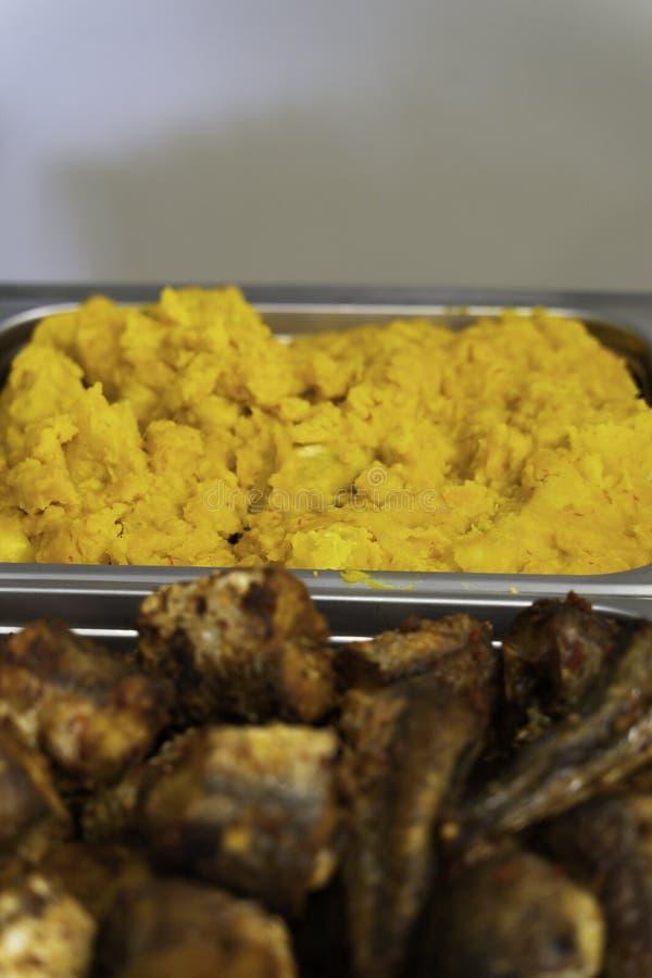 Smażąca ryba słuzyć na Nigeryjskim Partyjnym bufecie fotografia stock