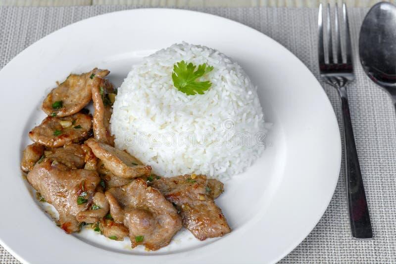 Smażąca wieprzowina z czosnkiem i pieprz jemy z ryż zdjęcie stock
