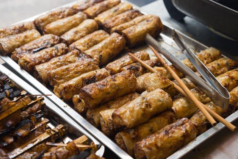 Smażąca wiosny rolka - składnik babeczka Cha jest sławnym wietnamczyka kluski polewką z bbq mięsem, wiosny rolką, wermiszel i fre obrazy stock