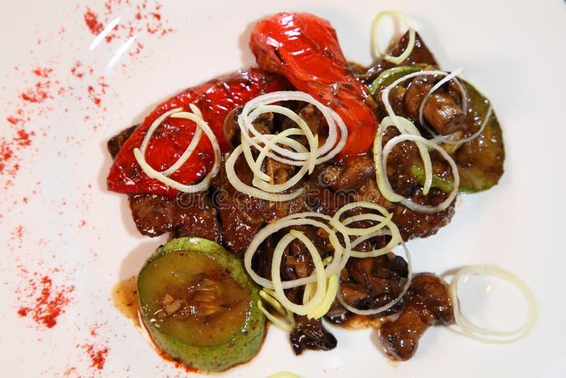 Smażąca wołowiny wątróbka z pieczarkami, warzywami i pikantność, obrazy stock