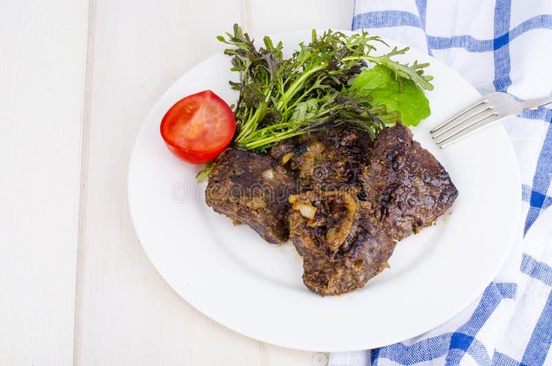 Smażąca wołowiny wątróbka z sałaty mieszanką fotografia royalty free