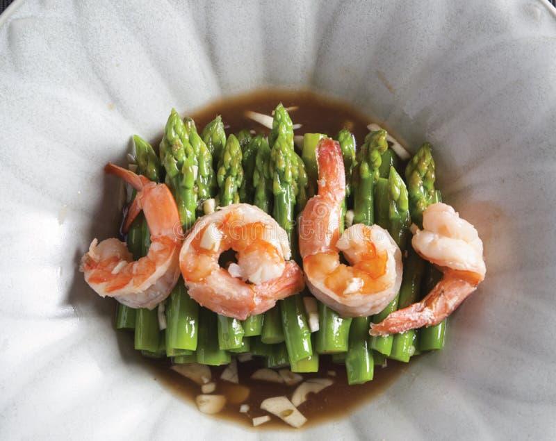 smażący asparagus z garnelą fotografia stock