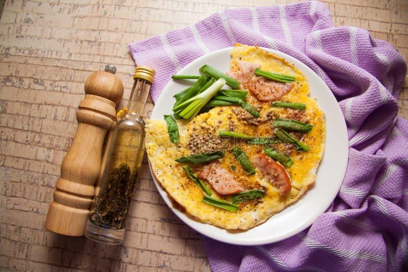 Download Smażący bekonowi jajka zdjęcie stock. Obraz złożonej z drewniany - 65225308
