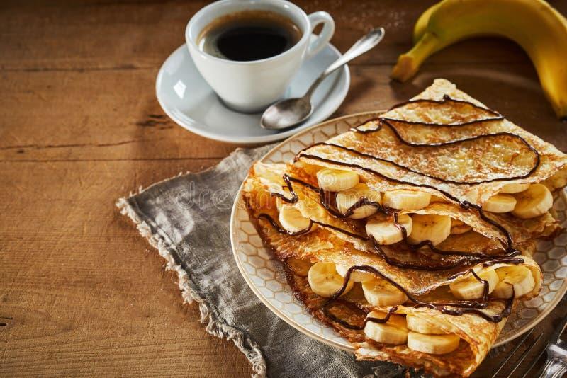 Smażący crispy bananowi bliny z kawy espresso kawą zdjęcia royalty free