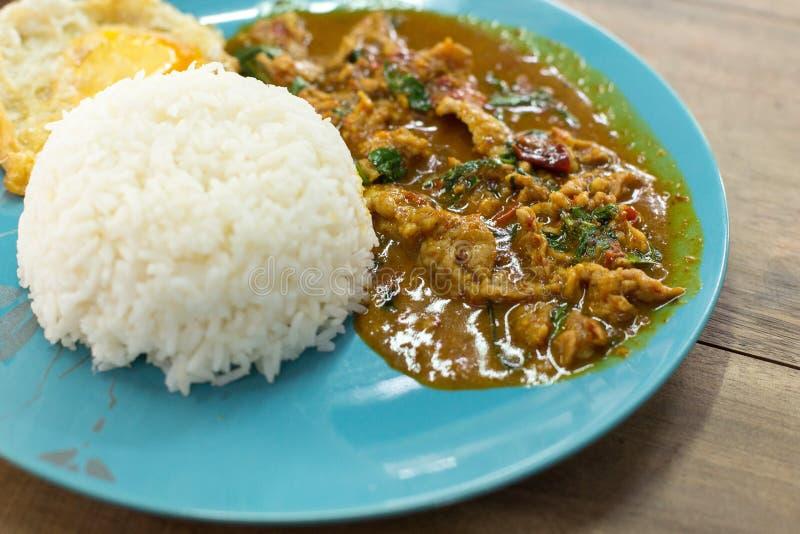 Smażący currych ryż w błękitnym talerzu na drewnianym stole i pasta obrazy stock