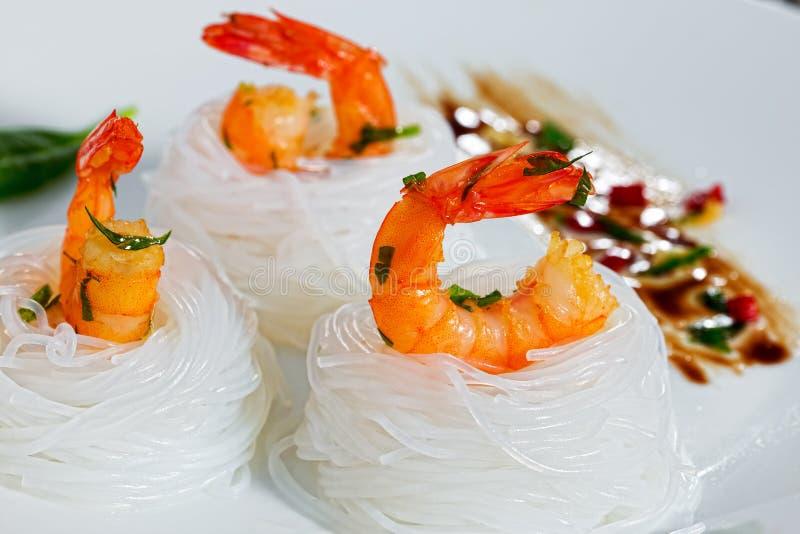 Smażący garnela ryżowego kluski Sałatkowy gniazdeczko, zakończenie fotografia royalty free