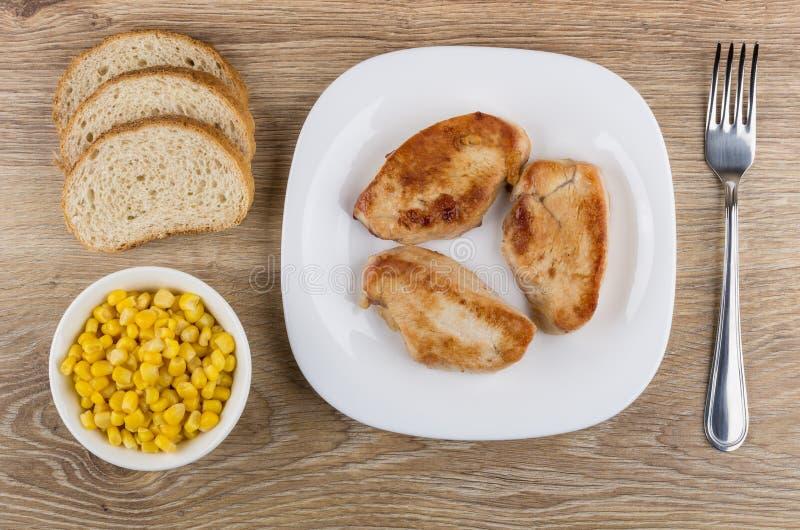 Smażący indyczy mięso w talerzu, kawałki chleb, słodka kukurudza obrazy stock