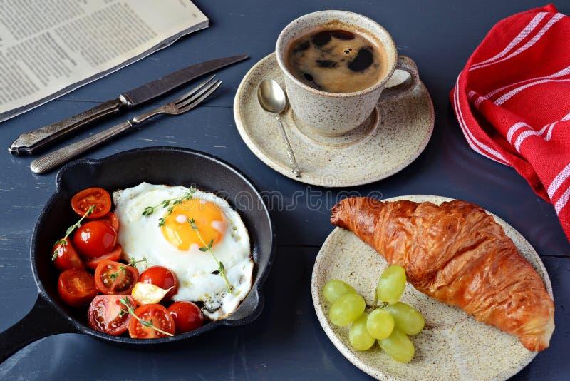 Smażący jajeczny i kawowy śniadanie zdjęcia royalty free