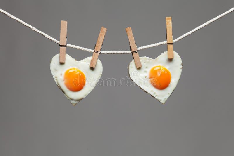 Smażący jajeczny miłości serce zdjęcie stock