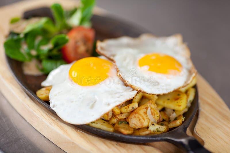 Smażący Jajeczny naczynie Przy Kuchennym kontuarem obraz royalty free