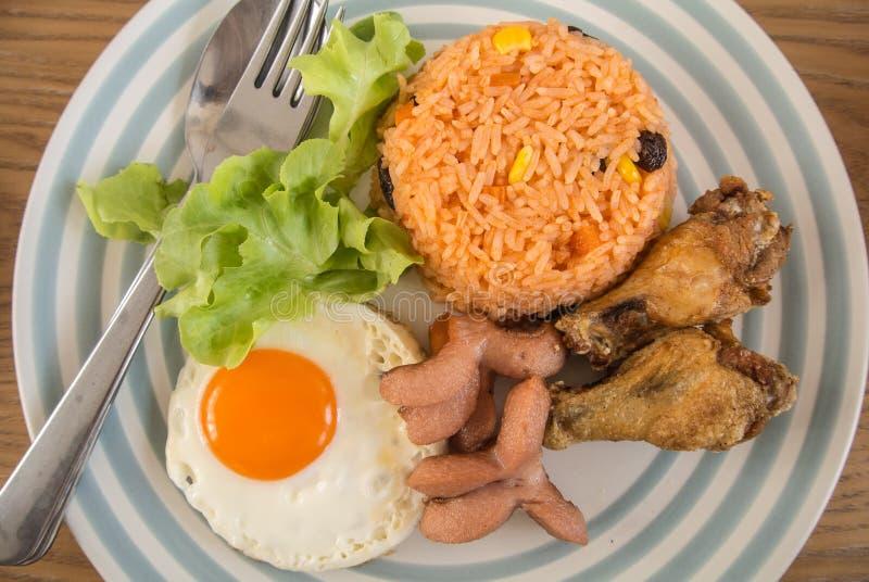Smażący jajka, pieczony kurczak i smażący ryż dla śniadania, obraz royalty free