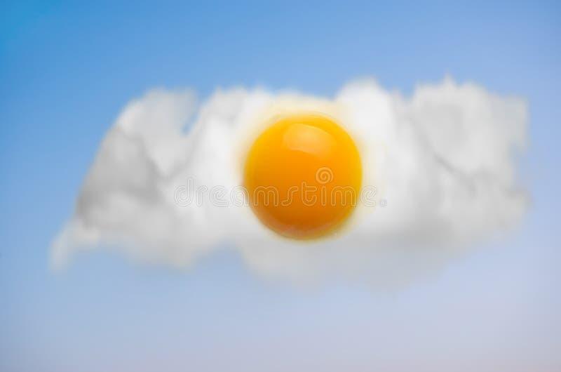 Smażący jajka w niebieskim niebie obrazy royalty free