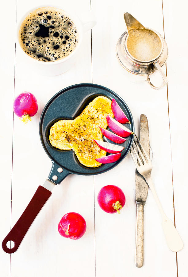 Smażący jajka w zabawy formie penis w smaży niecce z kawą i zdjęcia stock